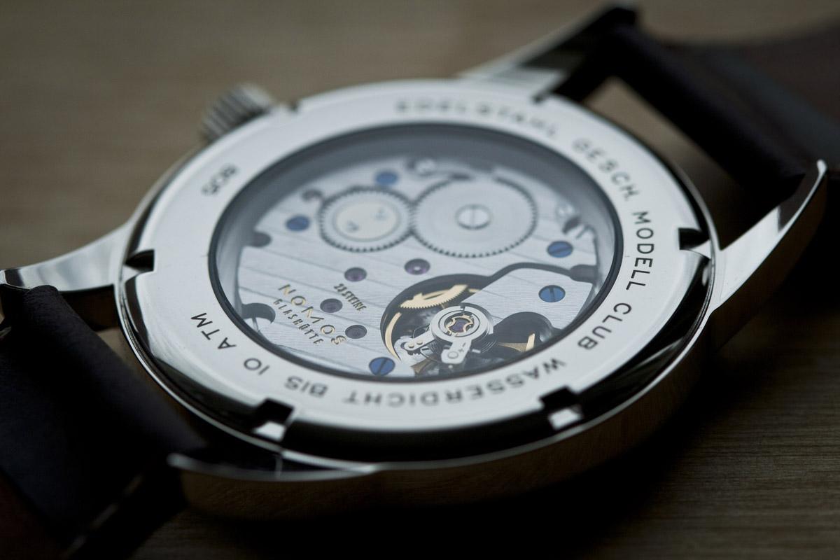 Uhrwerk einer Nomos Glashütte Uhr mit Glasboden
