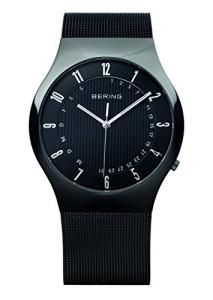 Schwarze Funk-Armbanduhr mit poliertem Gehäuse, Datums- und Wochentagsanzeige