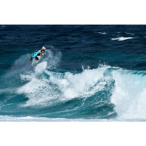 Surfer reitet eine große Welle
