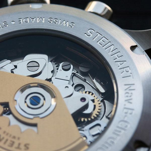 Steinhart Uhrwerk sichtbar durch Glasboden