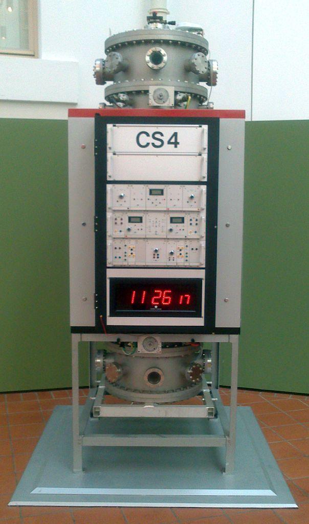 """Ehemalige Caesium-Atomuhr """"CS 4"""" der Physikalisch-Technischen Bundesanstalt in Braunschweig"""